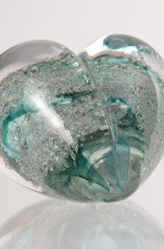 Hjärtformat konstglas med blå/gröna färgtoner