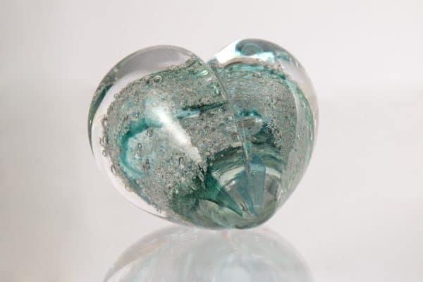 Turkos glasskulptur hjärta
