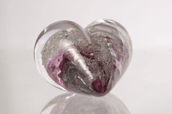 Hjärtformat konstglas med rosa färger